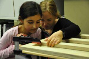 Schülerin Bau Bücherregal