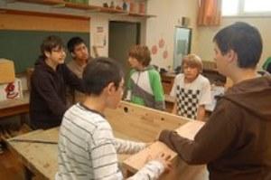 Die Schüler des Gymnasium Farmsen bauen gmeinsam einen Tischkicker