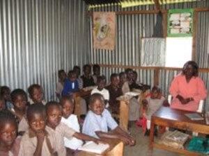 Schulklasse in Kenia für die die Ganztagsschule Denksteinweg Spenden gesammelt hat