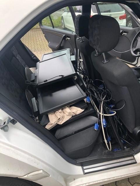 Voll beladenes Auto der Gemeinschaftsschule Neumünster-Brachenfeld holt ihre neuen Bildschirme ab