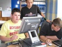 Schüler der Peter-Ustinov-Schule an den neuen PC's