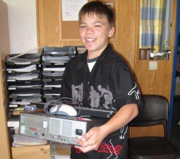 Schüler beim Aufbau der neuen Rechner an der Peter-Ustinov-Schule