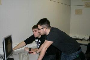 Schüler der BBS Kusel bei der Arbeit mit den neuen Geräten