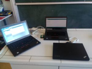 3 Laptops auf einem Pult