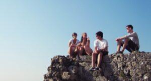 Jugendliche auf Felsen