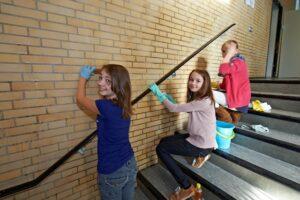 Schüler renovieren Treppenhaus