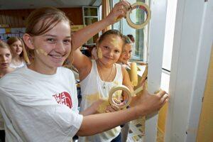 Schülerinnen kleben das Fenster ab