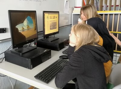 Zwei Schülerinnen vorm PC