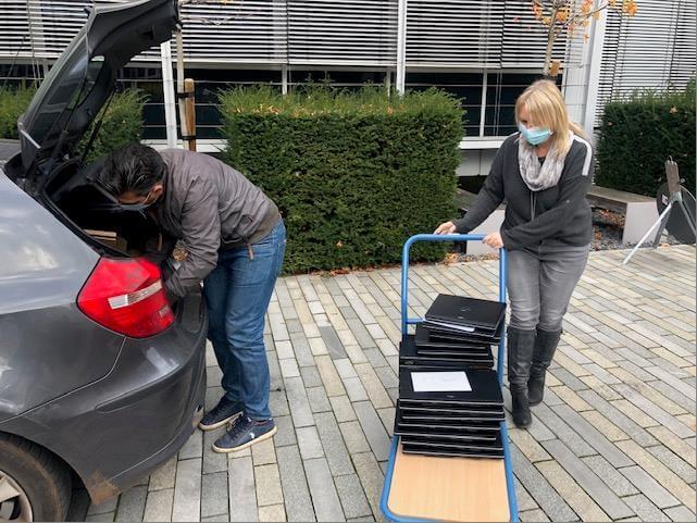 Laptops werden in den Kofferaum geladen