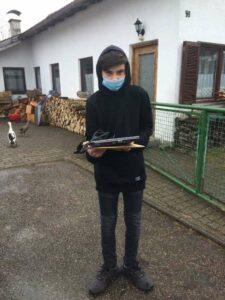 Junge, der Laptops in der Hand hält