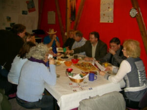 Die Truppe sitzt am Tisch