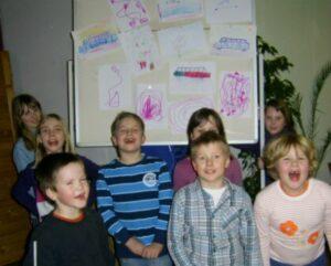 Schüler vor einer gestalteten Wand
