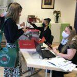 Maria Kammerer und Dörte Keck nehmen die Tests der Schülerinnen und Schüler entgegen
