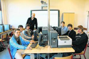 Schüler sitzen an PCs
