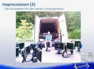 Mann sitzt vor Transporter mit Monitoren