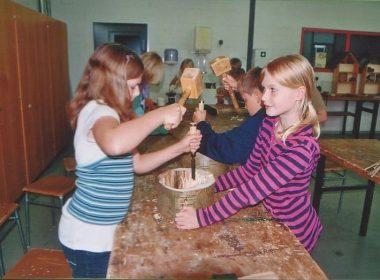 Schüler bauen das Insektenhotel