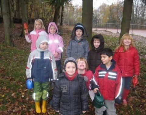 Die Kinder, der Grundschule Pye, in passender Kleidung zur Pflanzaktion zur Schulverschönerung
