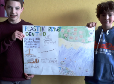 Zwei Schüler halten ein Plakat