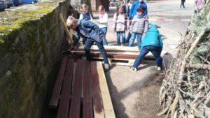 Schüler helfen beim Palettenbeet